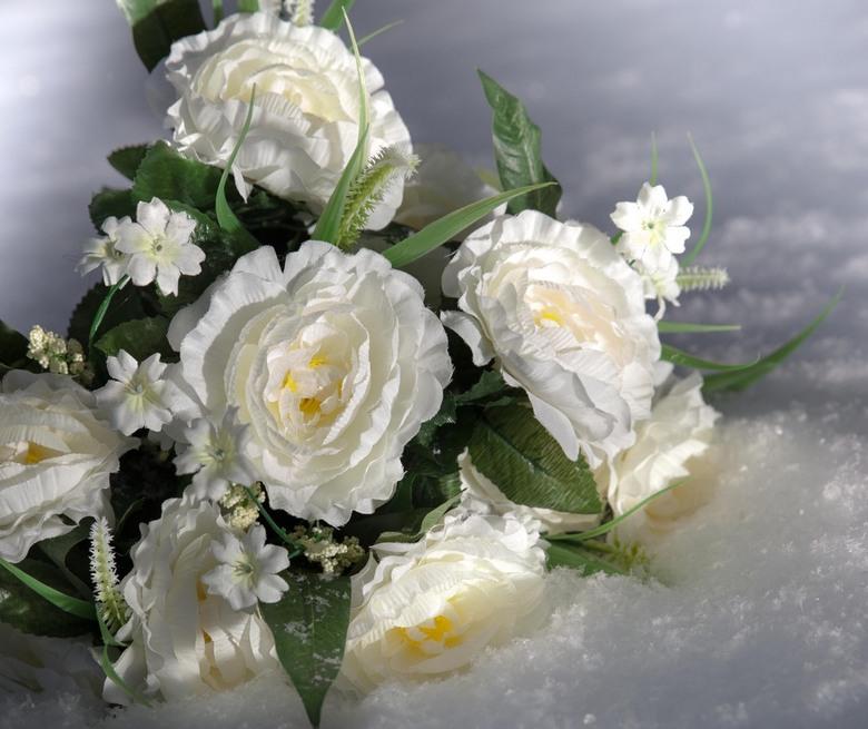 winter boeket - bloemen in de sneeuw