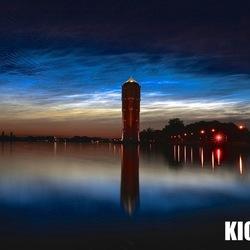 Lichtende nachtwolk boven de watertoren Aalsmeer