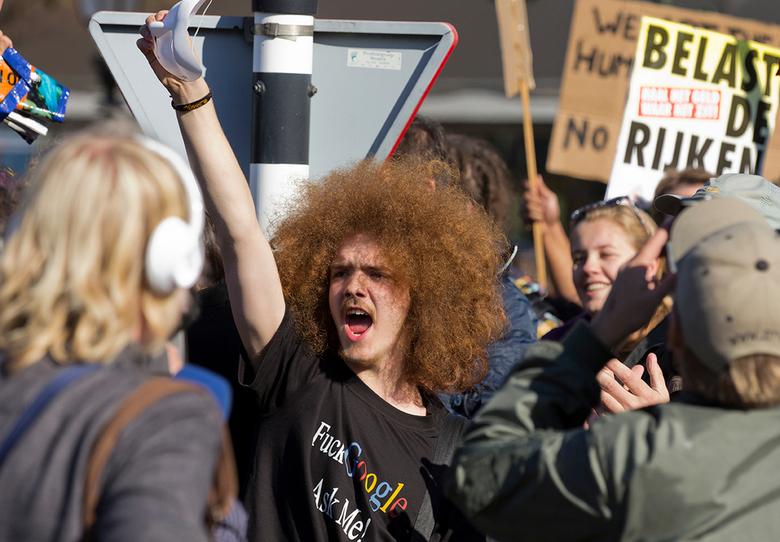 Occupy protest - Markante demonstrant op Koninginnegracht in Den Haag tijdens Occupy protest op 15 oktober 2011.