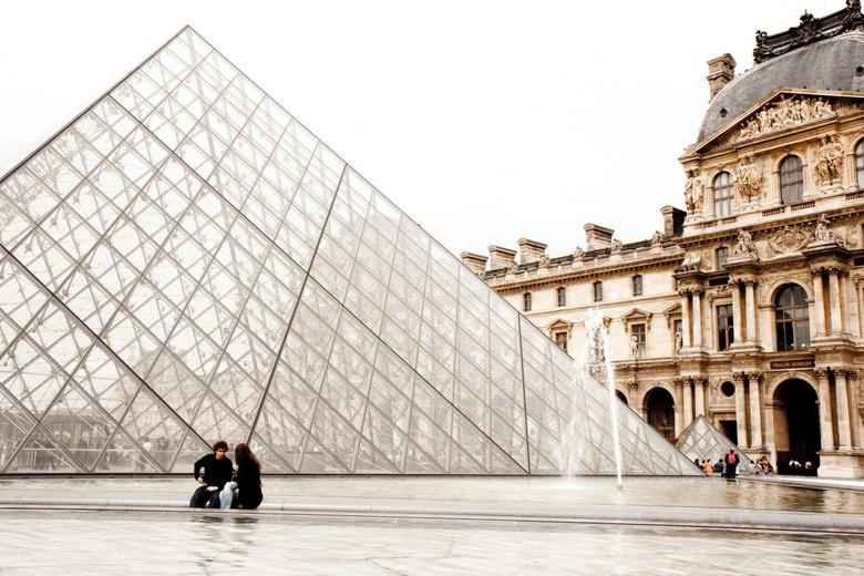 Pyramide bij het Louvre - Even relaxen bij de pyramide
