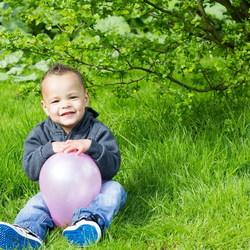 Een jongetje en zijn ballon
