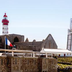 Vuurtoren Saint Matheu met Abdij ruïne op de voorgrond
