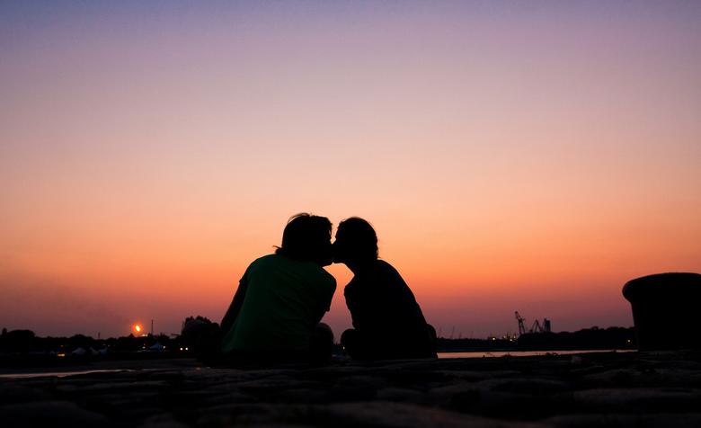 Summer sunset - zelfportret met mijn vriendin en een pintje op de rand van de kaai van de schelde; de warme zomerlucht blies zacht over ons heen op de