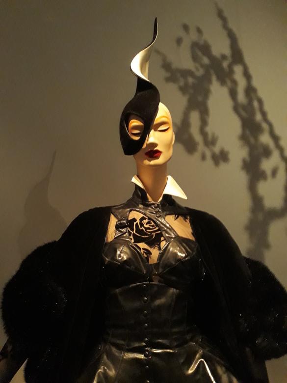 20191112_141103 - Een uitgebreide kleding/kunstcollectie van Thierry Muggler is deze week nog te zien in de Kunsthal in Rotterdam.<br /> Voor heel ve