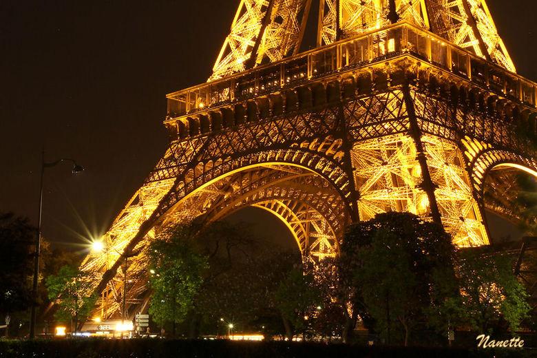 De Eiffeltoren by night (1) - Ondanks mijn antipathie jegens het 'ding' toch maar m'n statief meegesjouwd naar Parijs... en met resulta