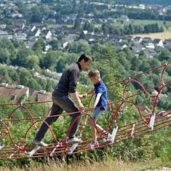 Passeren op een touwbrug.
