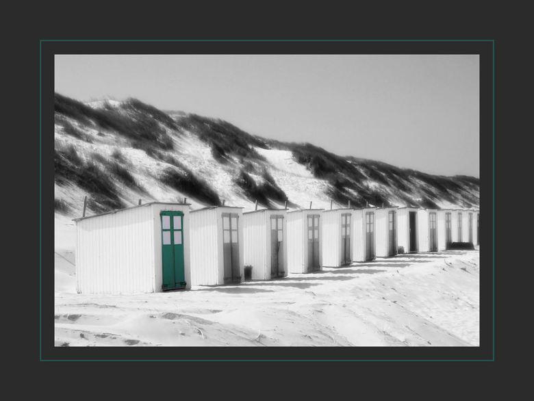 the green door - Nog maar een foto van Texel.Een beetje met infrarood gespeeld en daarna de deur teruggekleurd.Ik vind het effect wel leuk,ben benieuw