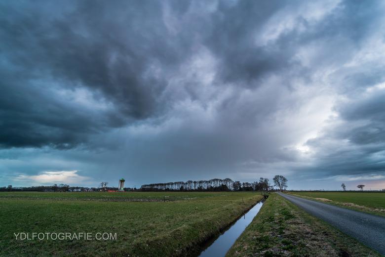 Dreigende wolken trekken over Rouveen. -
