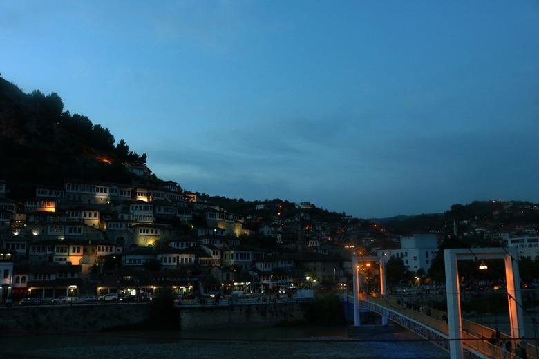 BERAT - The City of 1000 windows - Het plaatsje Berat wat ook wel; the city of 1000 Windows wordt genoemd. Door allemaal lichtjes binnens-en buitenshu