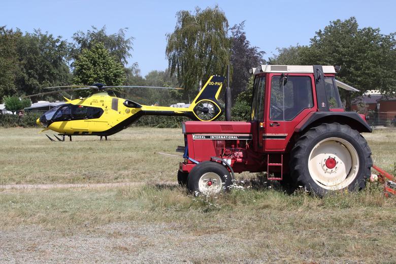 Motorpech - Of de tractor doet het al een tijdje niet meer en wordt de boer nu met een heli ontzet, of de boer geeft er de brui aan en vertrekt met de