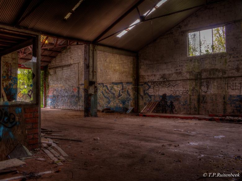 HDR  - Foto is gemaakt in &quot;spookstad&quot; Doel in Belgie.<br /> Dit is mijn eerste poging in HDR. Foto bestaat uit totaal 8 foto&#039;s die uit