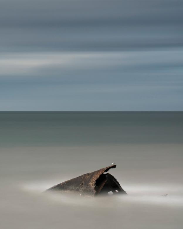 Shipwrecked - Op een zeer winderige dag experimenteren aan de kust met (zeer) lange sluiterijden is altijd een uitdaging. Fototas aan het statief hang