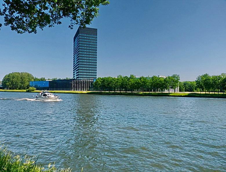 Amsterdam Rijnkanaal en omgeving 333. - een blik over het Amsterdam Rijnkanaal met zicht op het hoofdkantoor van Rijkswaterstaat. Uit een ander standp