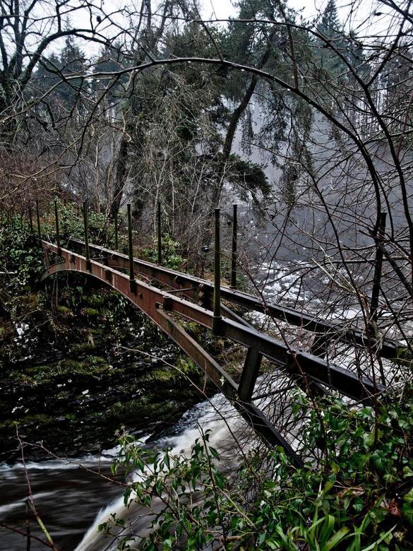 Bonnington Bridge - De oude ijzeren brug bij de Bonnington Falls (river Clyde). De natuur en het water hebben over de loop der tijd toch zijn tol ge-e
