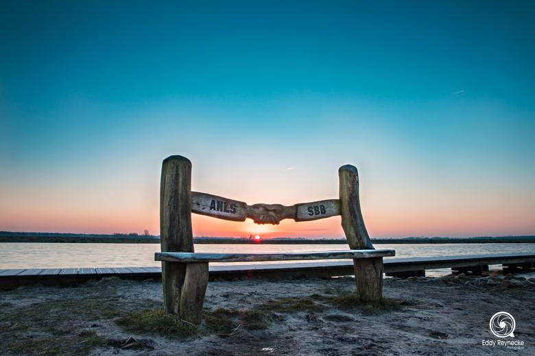 Staatsbosbeheer Bankje - Een mooie zonsopkomst bij t Roegwold afgelopen week waarbij de zon precies door het bankje van Staatsbosbeheer heen schijnt.