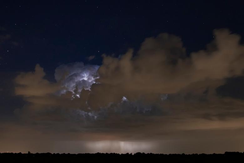Het dondert en het bliksemt  - Een indrukwekkend gezicht zo'n ontlading in de wolken. Door het bliksemlicht zag je de hagelbui onder de onweerswo