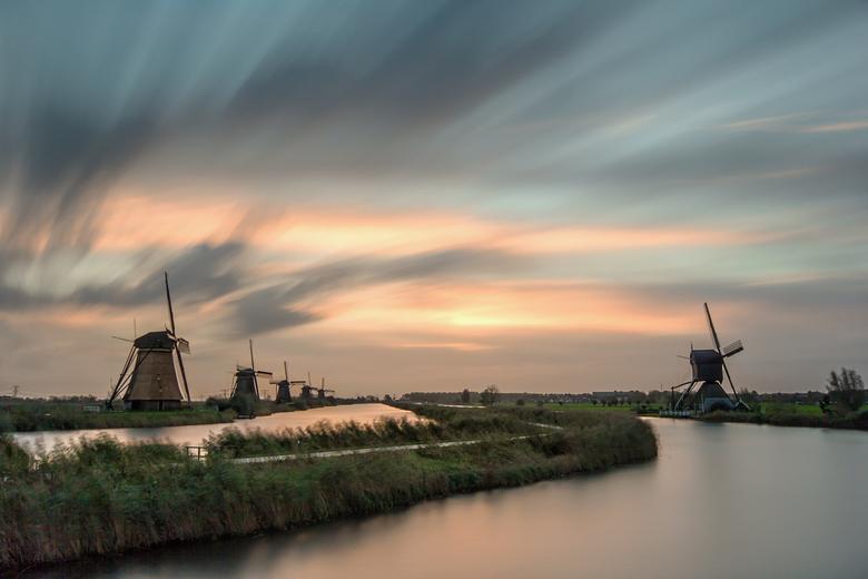 Kinderdijk sunrise - Kinderdijk.........al zo vaak gefotografeerd.<br /> Probeer daar maar eens een originele foto van te maken dan.<br /> De omstan