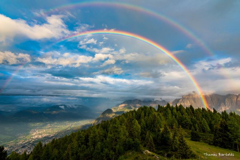 Dubbele regenboog over de Dolomieten, Oostenrijk. -