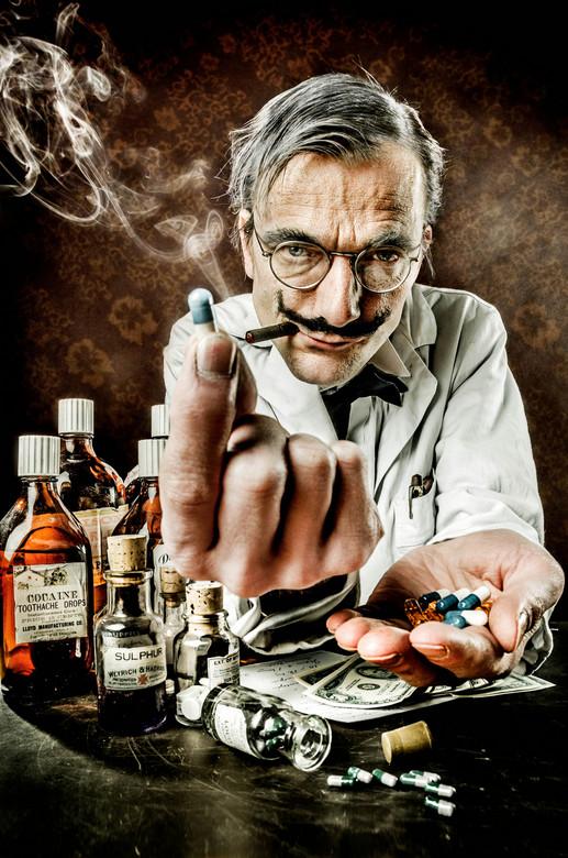 Farmaceutische industrie - Wie hebben het voor het zeggen in deze wereld? Zijn dat de dictators van schurkenstaten, of de president van grote landen z