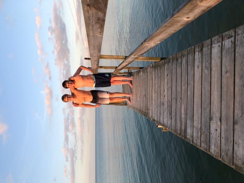 jongens op de steiger - uiteindelijk 1 van de mooiste foto's van onze vakantie gemaakt met mijn I Phone, de compositie vind ik zelf geweldig en m