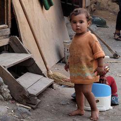 Roma-meisje bij haar huis