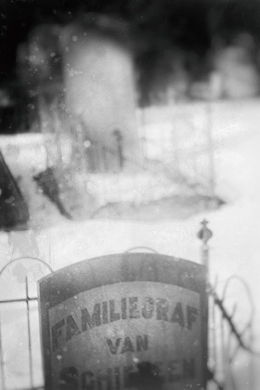 when the old souls move the tombstone to get some fresh air.  - <br /> dank voor alles bij de vorige foto.<br /> <br /> met de Industar lens(pancak