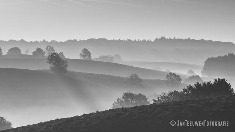 Sunday morning glory in Black and White - Nagenoeg hetzelfde standpunt als mijn vorige upload maar dan in Zwart/Wit.<br /> Naar mijn idee krijg je da
