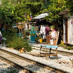 Het station en het leven naast de trein in Bangkok