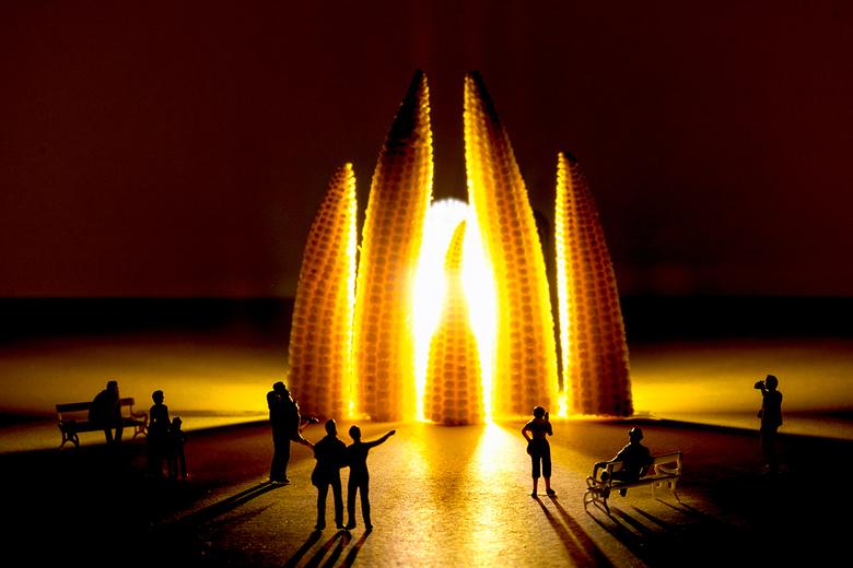 """The Sagrada Familia sunset - De mini mensjes genieten van de ondergaande zon bij de Sagrada Familia <img  src=""""/images/smileys/wilt.png""""/>"""