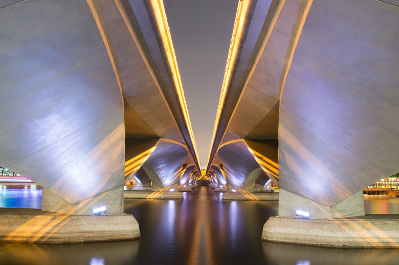Onder de brug - Foto genomen onder een brug in Singapore. Door de lange belichting ontstond een mooi effect, terwijl het in werkelijkheid goed donker