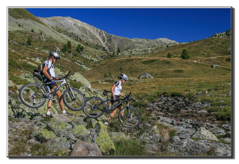 Je moet het leuk vinden... - ...mountainbiken. We waren op weg van S-charl naar de Italiaanse grens en kwamen over het voor wandelaars al redelijk zwa