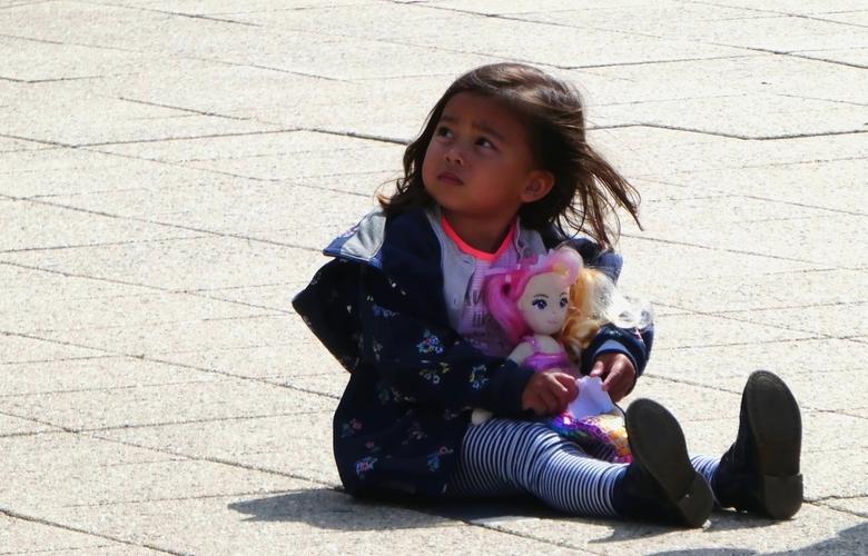 Meisje met haar pop.. - ..... en maar wachten... op het ijsje, wat haar belooft is.<br />