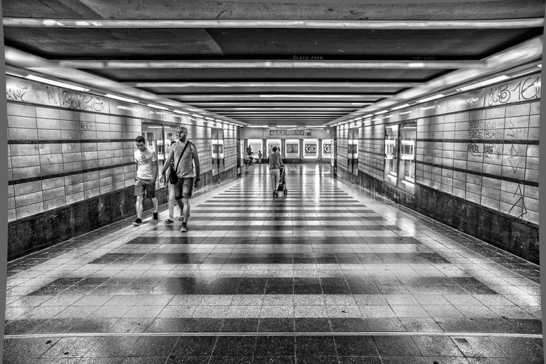 metrostation in Berlijn  - metro station in Berlijn <br /> Toen ik daar liep werd ik getroffen door het strepen decor in de vloer het plafond en de z