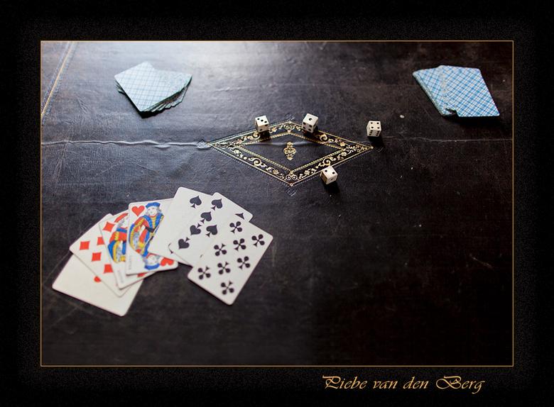 Gokken in de Middeleeuwen - In kasteel Villesavin in de Loire streek kwam ik deze goktafel tegen uit de Middeleeuwen.<br /> <br /> Groet Piebe