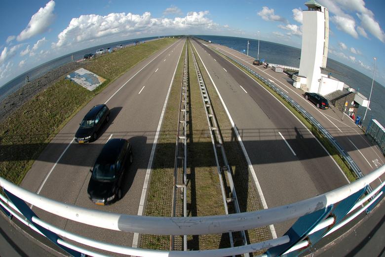 Afsluitdijk - Deze foto laat zien hoe mooi de Afsluitdijk omgeven is door het water.