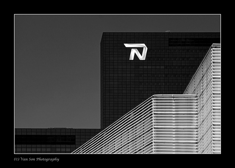 Rotterdam 9 - Het bekende N gebouw met het gebouw van de Doelen op de voorgrond.