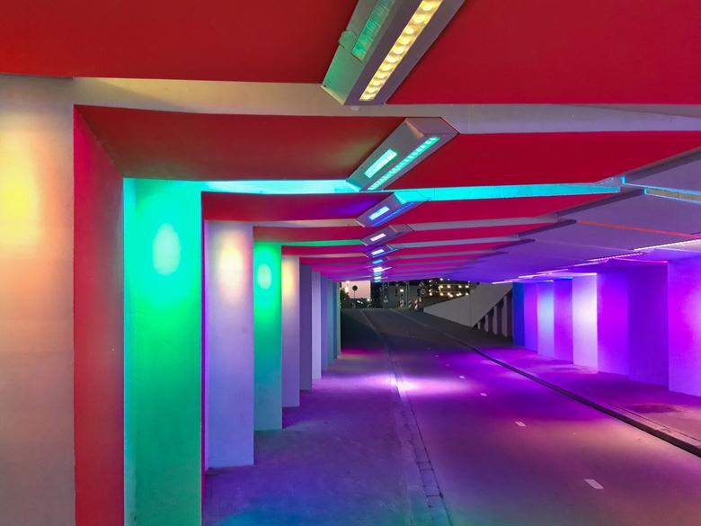 Licht in de Tunnel - Vlakbij het station van Zutphen is een prachtig verlichte fietstunnel, met kleuren die continue veranderen. <br /> <br /> Had a