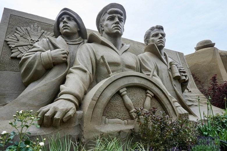 Zandsculpturen Garderen (4) - Beeld van Engelandvaarders. <br /> Thema 75 jaar bevrijding.<br /> Zowel binnen als buiten prachtig gemaakte taferelen