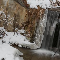 Watervalletje tussen sneeuw en ijs
