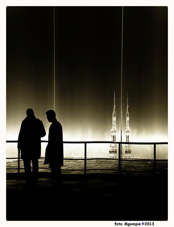 "Conversation - Stukje straatfotografie in het MAS.<br /> <br /> <a href=""http://zoom.nl/foto/2219440/overig/anvers-en-brouillard.html?object=user&am"