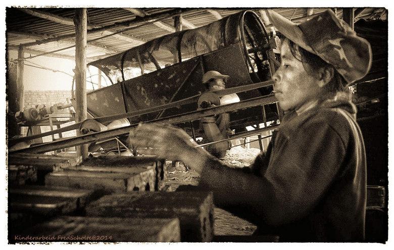 Kinderarbeid 2 Laos  - Meisje 12 jaar <br /> Steenfabriek bij Luang Prabang<br /> Wij fietsten langs een steefabriek en zijn gewoon naar binnen gelo