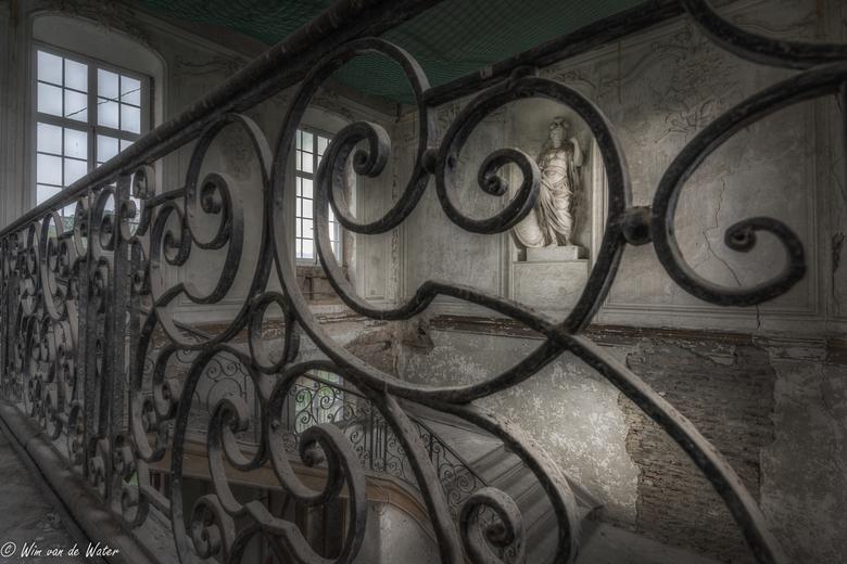 Zwaai maar met je handje - Hal van een oud casino in België Gelukkig wordt deze locatie wel gerenoveerd.
