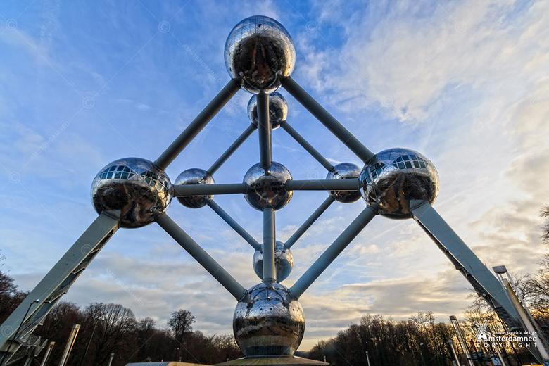 Brussel - Het Atomium is een monument in het Heizelpark in Brussel. Het is een stalen constructie die bestaat uit negen bollen met elk een diameter va