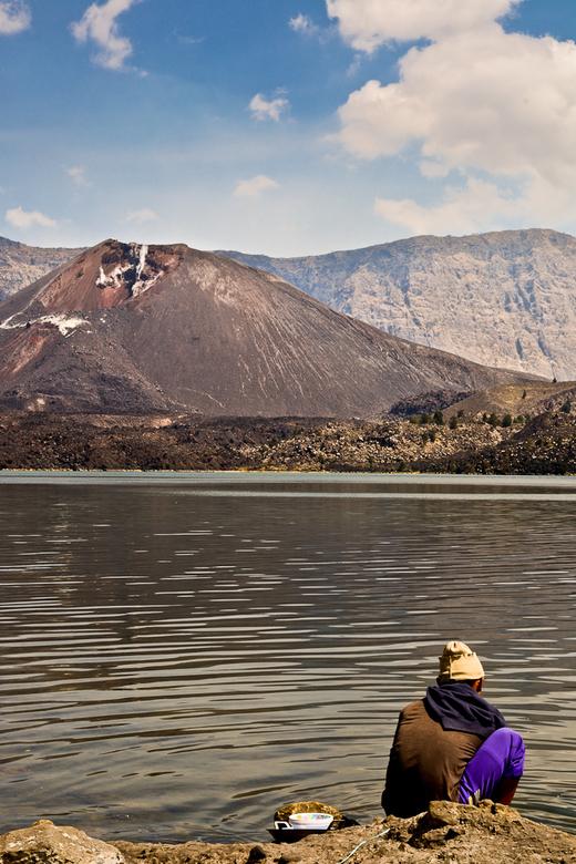By the lake - De beklimming van Gunung Rinjani is zwaar, maar boordevol onvergetelijke uitzichten. Na een vermoeiende ochtend konden we even uitrusten