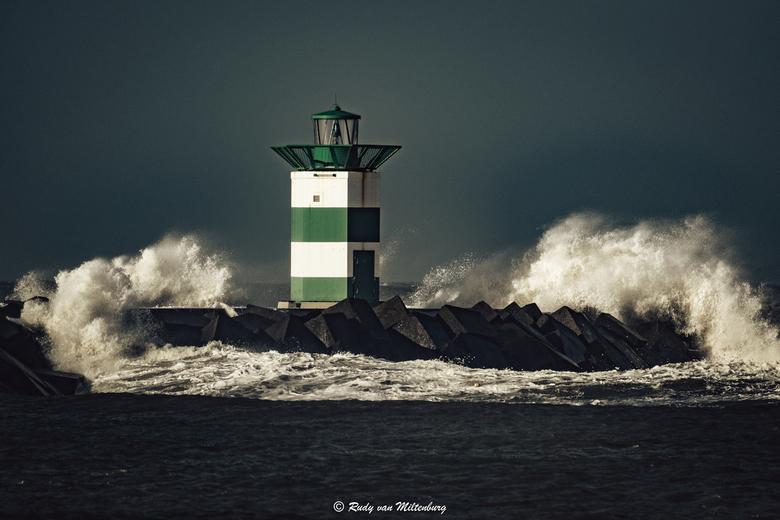 Ciara - Een stormachtige maandagmiddag op de Zuidpier van Scheveningen. Met dank aan Ciara