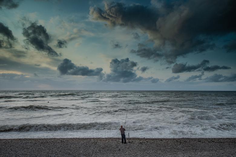 De visser - Eenzame visser op het strand van Etretat