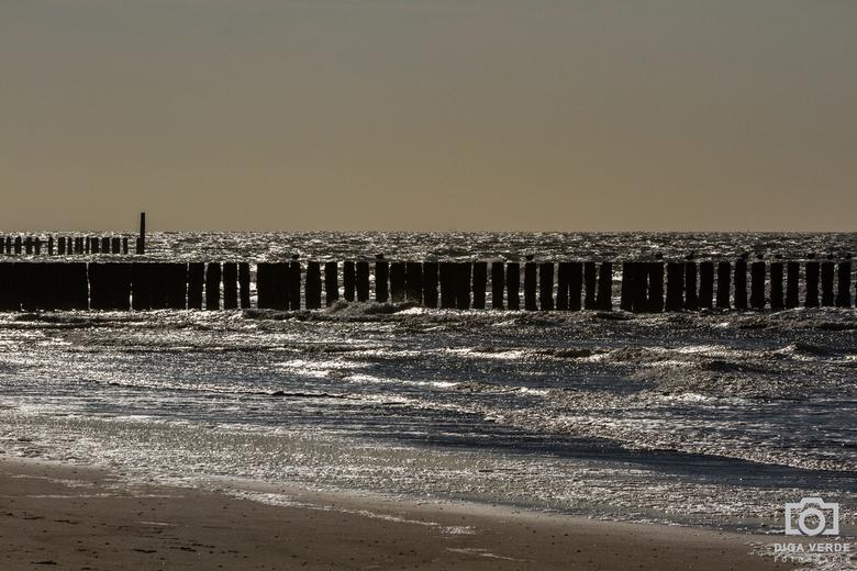 Golfbrekers - De golfbrekers bij Domburg met tegenlicht in het gouden uur. <br /> (Iso 100, F16, 200 mm, 1/800 sec)