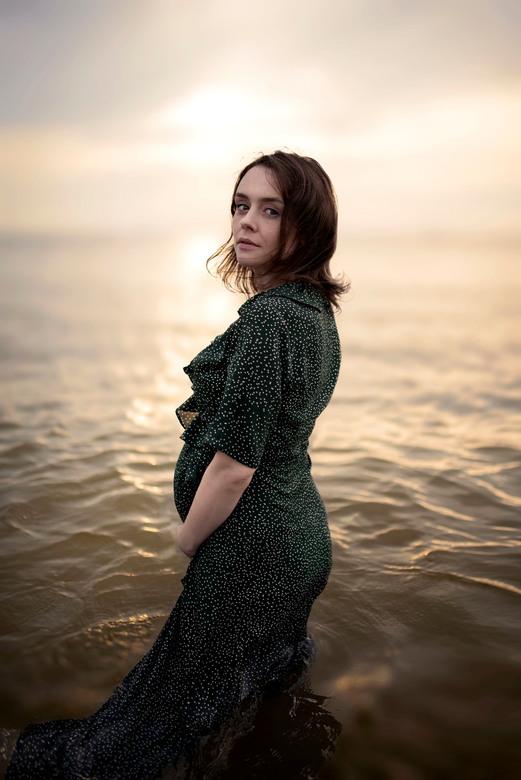 Zwangerschap Fotoshoot met Zonsondergang - Met deze momenteel mooie en warme dagen is een zwangerschapsfotoshoot met zonsondergang wel heel bijzonder