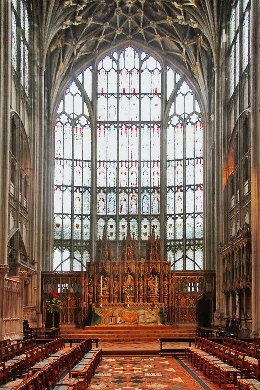 Gloucester 05 - Het majestueuze koor dat wij het eerst te zien krijgen is 28 m hoog en vertoont veel kenmerken van de Engelse gotiek (zie beschrijving