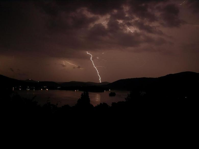 Bliksem licht in de nacht - Regen en vakantie is meestal niet zo leuk.<br /> s&#039; nachts is al weer minder erg. Onweer erbij, en dan proberen om d